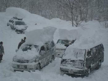 大雪駐車場の車.JPG